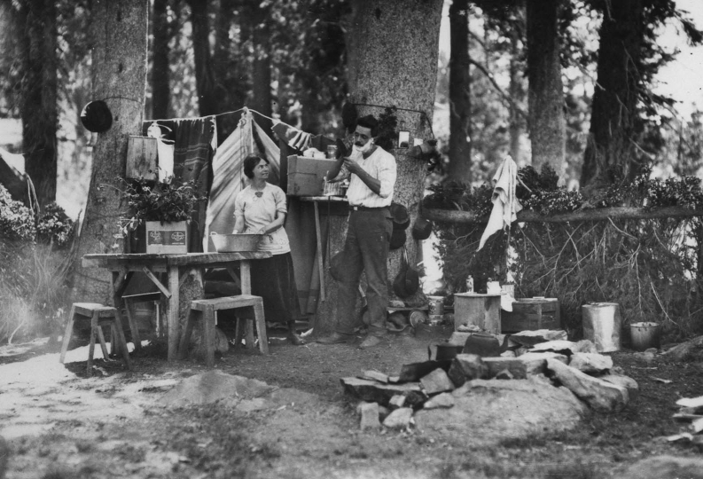 Un dimanche matin au camping public de Lake Basin. Forêt nationale de Cleveland (Ohio, Etats-Unis), 1922 © US National Archives / Roger-Viollet
