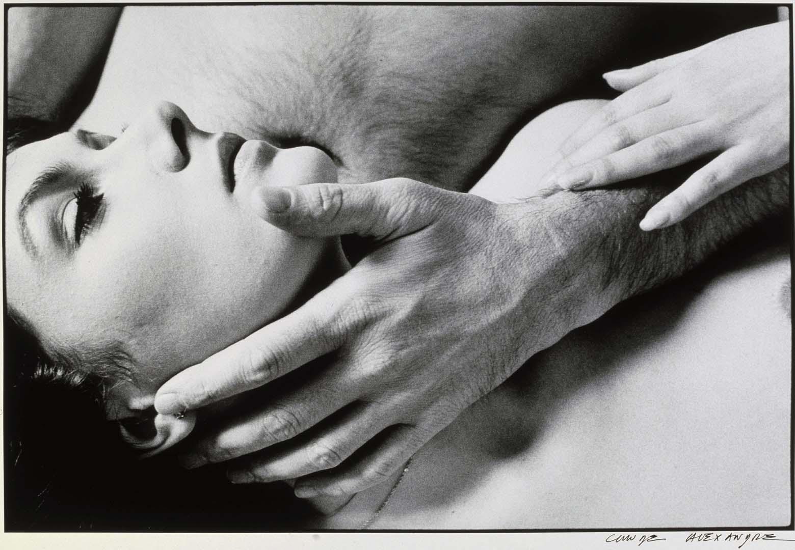 Пайк мужчина гладит женское тело милфы оргии