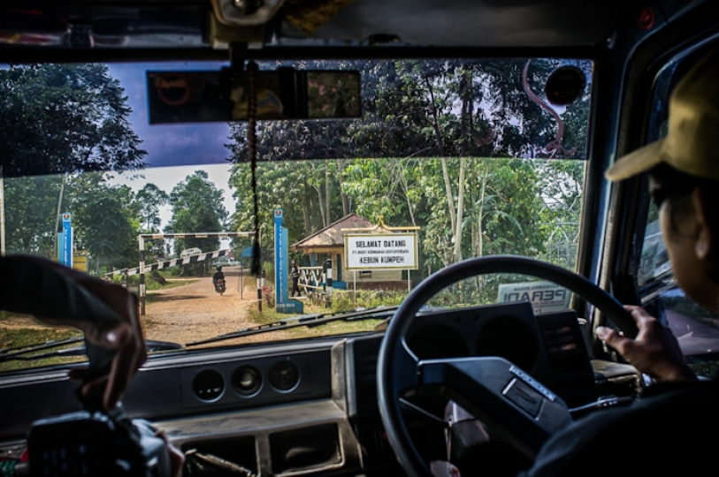 Plantation site checkpoint in Jambi Province, Indonesia. September 2013 © Alessandro Rota
