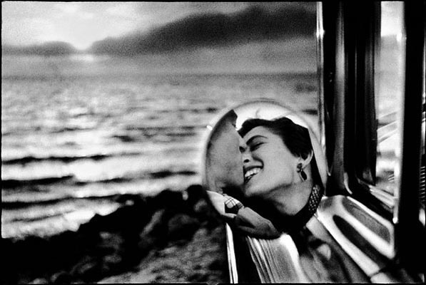 Elliott Erwitt California Kiss, Malibu 1955 / Courtesy Peter Fetterman gallery
