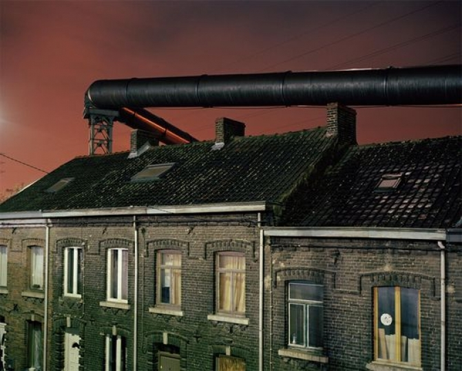 Des gazoducs passent au-dessus des habitations près d'une ancienne aciérie, à Charleroi. Ces tuyaux étaient en service avant l'électrification du haut-fourneau. GIOVANNI TROILO/WORLD PRESS PHOTO