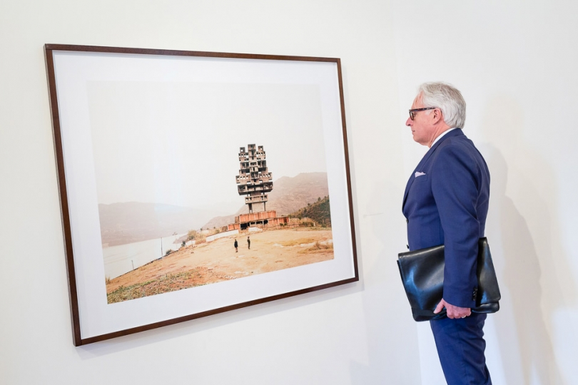 Martin Roth, director of the V&A, examines a work © Magnus Arrevad
