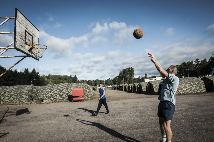 © Mattia Vacca Soldiers play basketball inside the military encampment of Ruklau2019s military base. In Lithuania, Basket is incredibly popular.