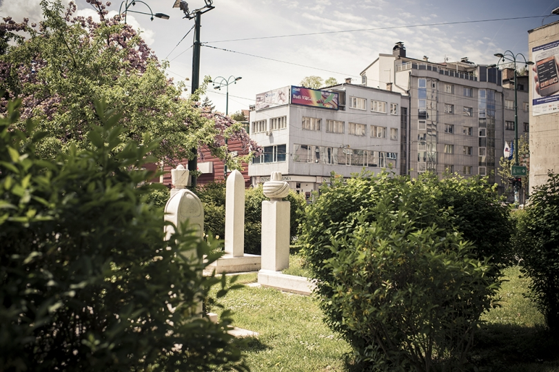 © Didier Bizet On retrouve des tombes musulmanes un peu partout dans la ville. Sous les Ottomans puis pendant la guerre de 1992, on s'empressaient d'enterrer les morts dans le centre ville. Sarajevo Mai 2015. nMuslim graves are found everywhere in the city. Under the Ottomans and then during the War of 1992, people hastened to bury the dead people in the city center. Sarajevo in May 2015 .