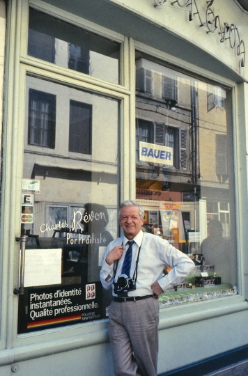 MON PERE DEVANT SON MAGASIN A ROANNE LOIRE photo jacques Revon