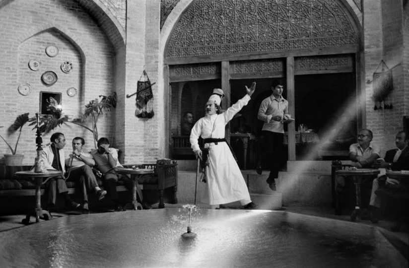 IRAN.Esfahan.1971 © Abbas / Magnum Photos At the traditional teahouse of the Shah Abbas hotel, a poet chants from FERDOWSI's epic poem the Shahnameh (the Book of Kings).
