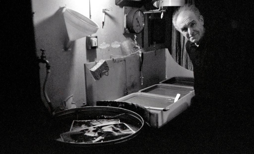 1978 robert doisneau chez lui dans son laboratoire chez lui à montrouge photo jacques revon