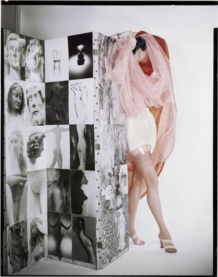 ©The Estate of Erwin Blumenfeld, Corset Lily of France, organdi de Dior, bas modeltex, sandales Valley