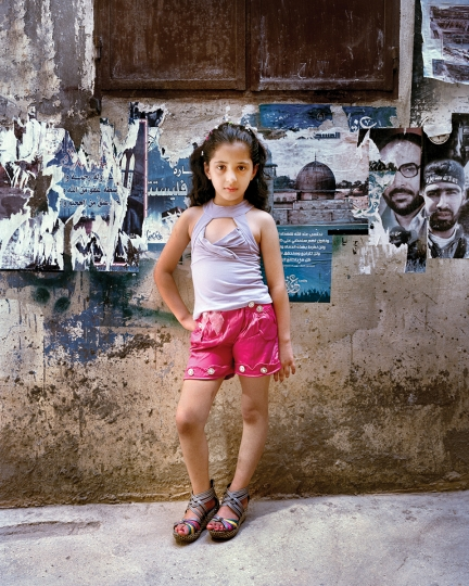 Dania at 9, Bourj El Barajneh Refugee Camp, Beirut Lebanon, 2011 © Rania Matar, série Becoming, courtesy of the artist and the Institut du Monde Arabe