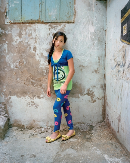 Dania at 12, Bourj El Barajneh Refugee Camp, Beirut Lebanon, 2014 © Rania Matar, série Becoming, courtesy of the artist and the Institut du Monde Arabe