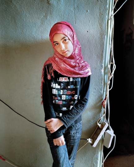 Samira 12, Bourj El Barajneh Refugee Camp, Beirut Lebanon, 2011 © Rania Matar, série Becoming, courtesy of the artist and the Institut du Monde Arabe