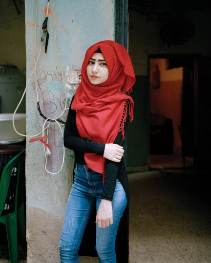 Samira 17, Bourj El Barajneh Refugee Camp, Beirut Lebanon, 2016 © Rania Matar, série Becoming, courtesy of the artist and the Institut du Monde Arabe
