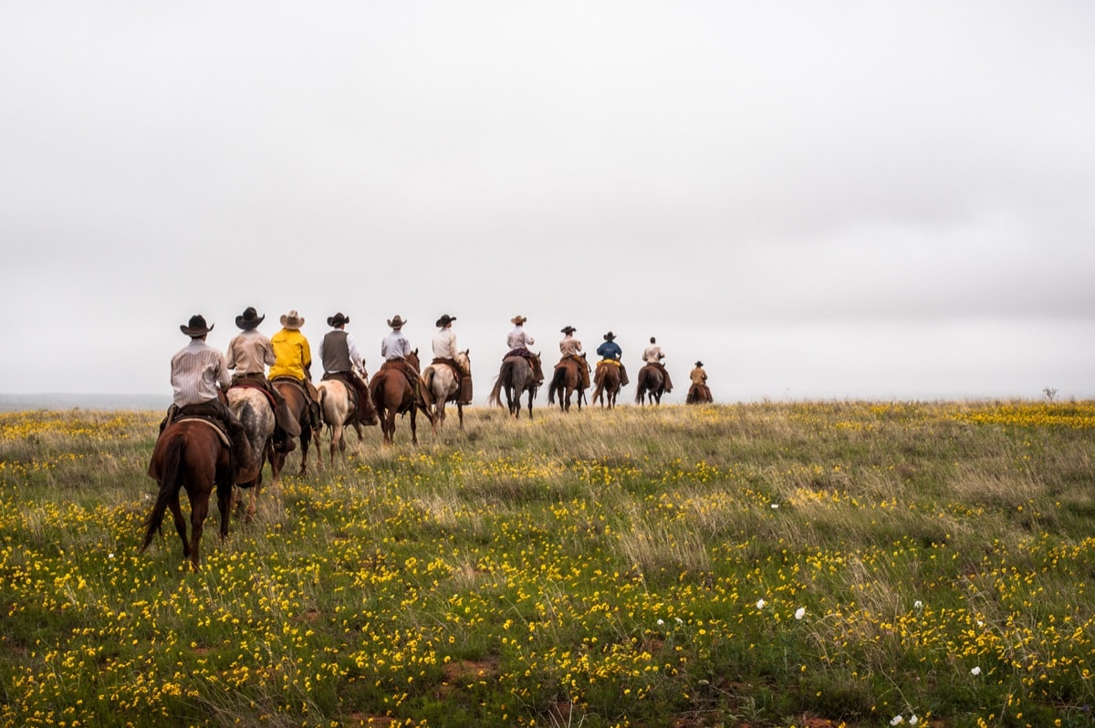 Pitchfork Ranch, Texas. The cowboys travel with trailers and on horseback, this being the most practical way of covering the ranch's vast open plains © Luis Fabini