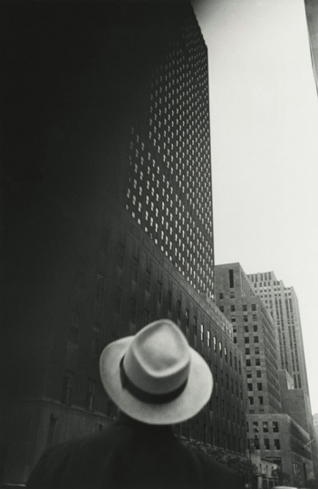 Looking at the R.C.A. Building at Rockefeller Center, New York, NY, 1949. © Louis Faurer Estate