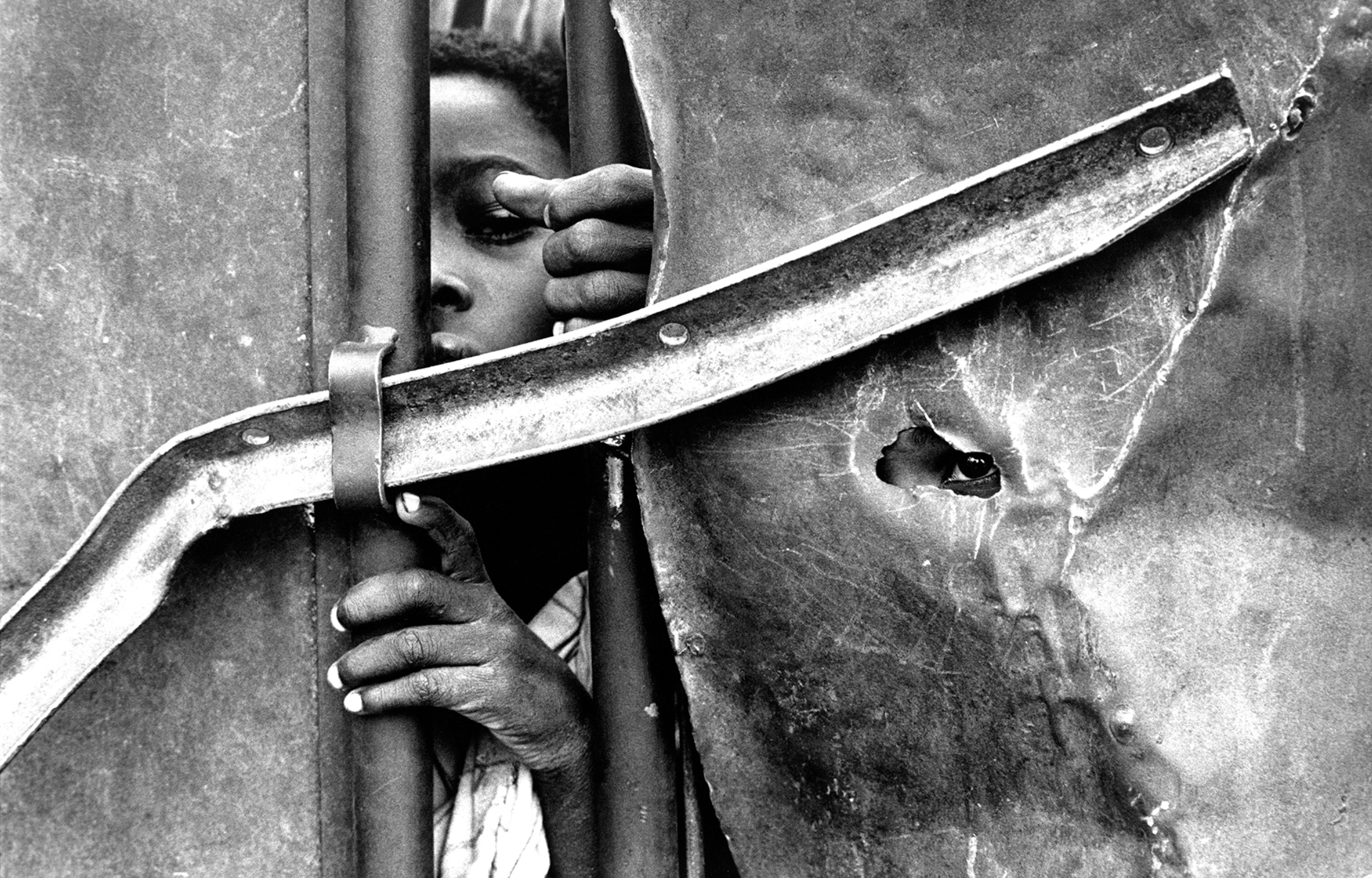 Paul Lowe : VII. Children looking through the gates of a feeding centre, Mogadishu © VII