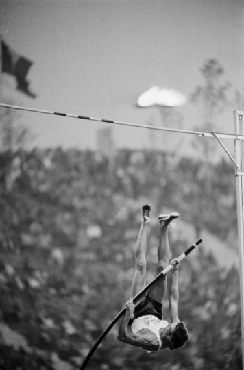 Raymond Depardon, WEST GERMANY. Munich. American pole-vaulter Robert SEAGREN had reached the height of 5.40m. 1972. © Raymond Depardon, Magnum Photos & Reporters Sans Frontières