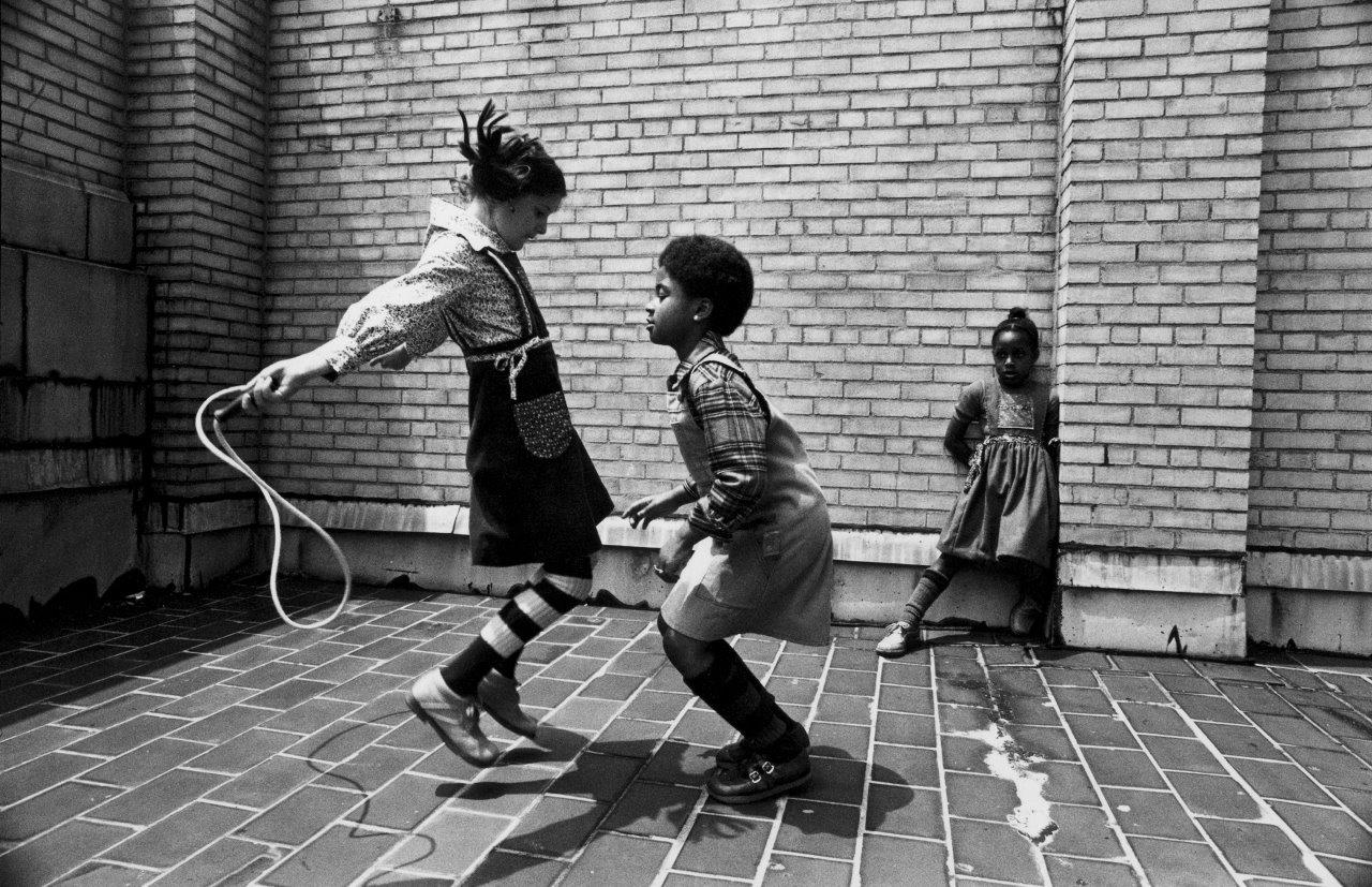 Friends skipping (jumping rope) in New York City, circa 1976 © Jill Freedman,  Courtesy of Steven Kasher Gallery, New York