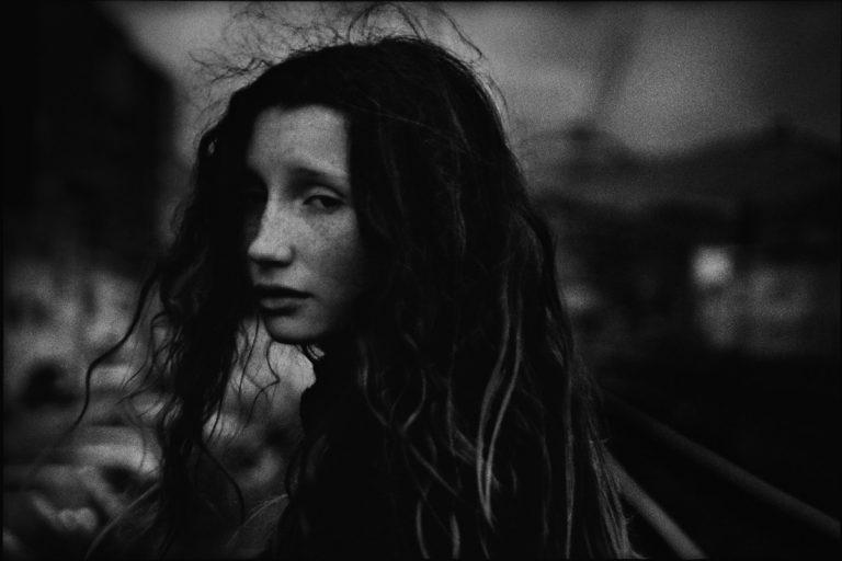 Gabrielle Duplantier, personnages mélancoliques et paysages aux lumières fabuleuses