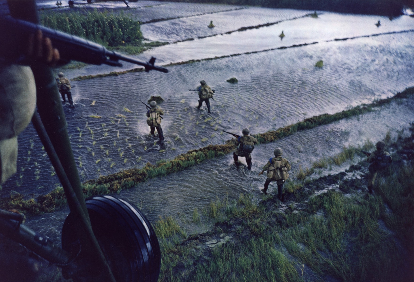 Dropping South Vietnamese Marines and Paratroopers, Mekong Delta, 1962 © Courtesy Laurence Miller Gallery and The Larry Burrows Collection