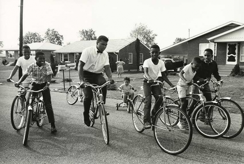Steve Schapiro, Ali and Boys with Bikes, Louisville, Kentucky, 1963, Silver Gelatine Print, 40 x 50 cm