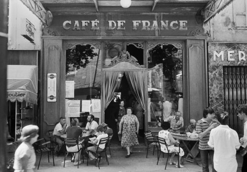 Le Café de France, L'isle-sur-la-Sorgue, 1979 The Café de France, L'Isle-sur-la-Sorgue, 1979 © Ministère de la Culture - Médiathèque de l'architecture et du patrimoine, dist. RMN-GP, donation Willy Ronis