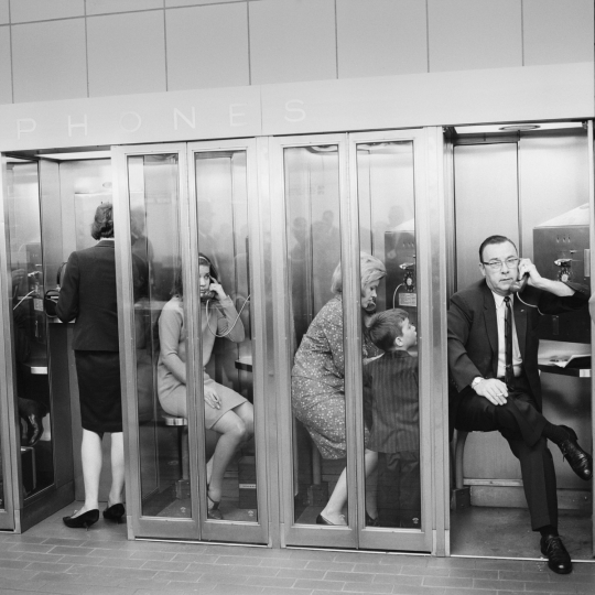'Airport pay-phones, Chicago, 1966 © Mario Carnicelli