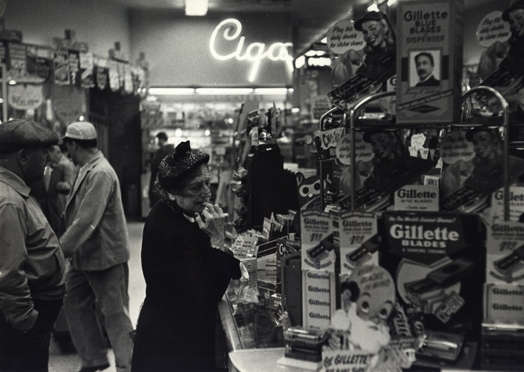 Shopper, New York City, 1952 © Dan Weiner, Courtesy Steven Kasher Gallery