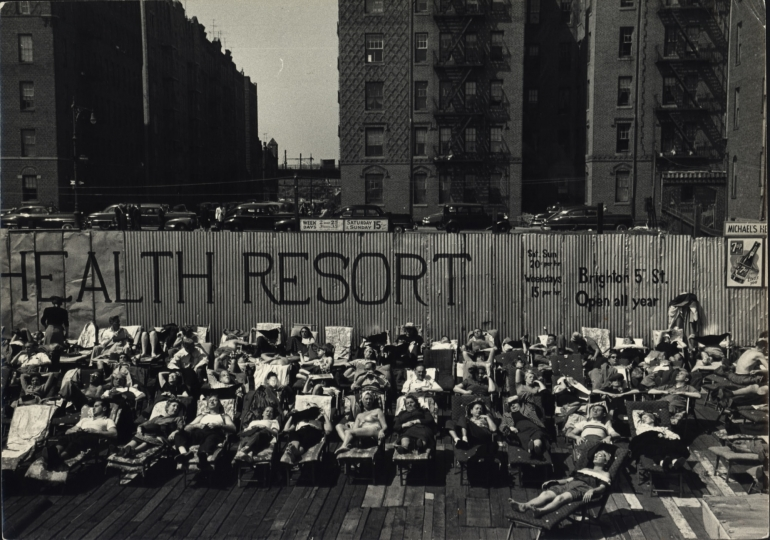 Health Resort, Brighton Beach, New York City, ca. 1950 © Dan Weiner, Courtesy Steven Kasher Gallery