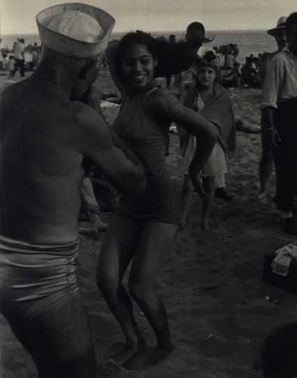 Coney Island, New York City, 1949 © Dan Weiner, Courtesy Steven Kasher Gallery