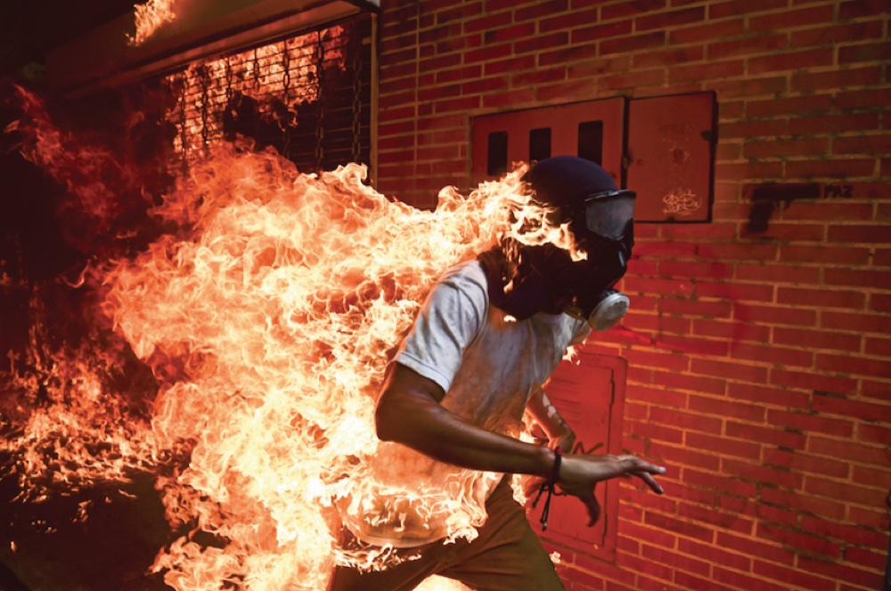 José Víctor Salazar Balza (28) catches fire amid violent clashes with riot police during a protest against President Nicolás Maduro, in Caracas, Venezuela. © Ronaldo Schemidt, Agence France-Presse