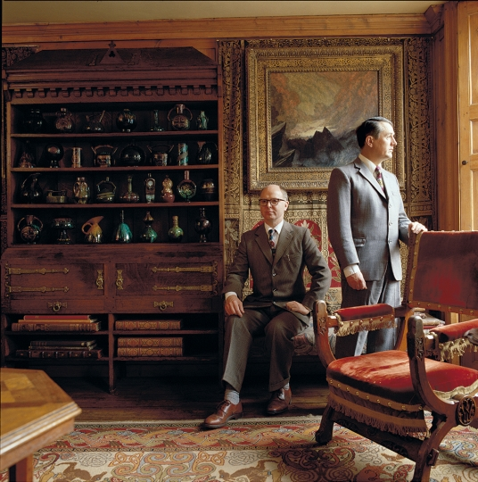 Gilbert & George dans leur maison londonienne, 1987, par Derry Moore Avec l'aimable autorisation de Gilbert & George -  Gilbert & George in their London Home, 1987, by Derry Moore Courtesy Gilbert & George