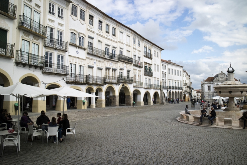 April 28, 2018, Evora, Portugal. The town of Evora in the Alentejo region of Portugal is a World Heritage site, with unique architecture, Roman ruins, and ancient megaliths. The Praca de Giraldo. © ALLAN TANNENBAUM