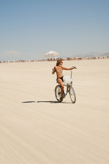 Cruising along the playa, 2007 © Philip Volkers
