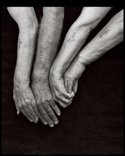 Greek Jews at a Gathering of Survivors, Queens, NY, 1995 © Mark Seliger – Courtesy A.galerie