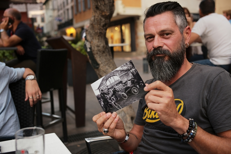 Lionel Antoni et une photo du livre a paraitre « Brothers of Cycles » © Yan Morvan