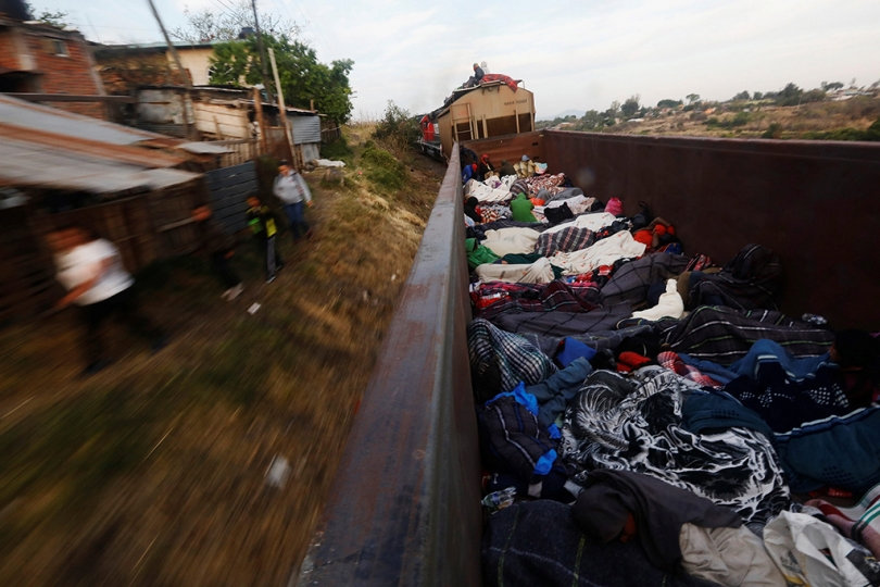 Central Americans traveling as a caravan of migrants through Mexico, in an open wagon of a freight train they stopped on the track. Michoacan, Mexico, April 17, 2018. La caravane de migrants d'Amérique centrale traverse le Mexique, ici dans un wagon ouvert d'un train de marchandises qu'ils ont pu arrêter. Michoacan, Mexique, 17 avril 2018. © Edgard Garrido / Reuters