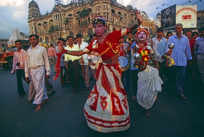 In the late afternoon of the Chhath Puja, hijras go down the main street of Kolkata 2003 © Takeshi Ishikawa