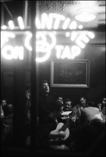 USA. New York City. 1959. Hugh Nanton Romney (later known as Wavy Gravy) at a poetry and song night at the White Horse Tavern. © Burt Glinn / Magnum Photos