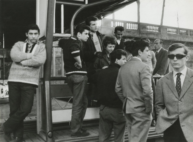 Enrico Cattaneo, Giovani d'oggi, Milano (Youth of Today, Milan), 1961 Gelatin silver print. © Enrico Cattaneo, courtesy Howard Greenberg Gallery, New York