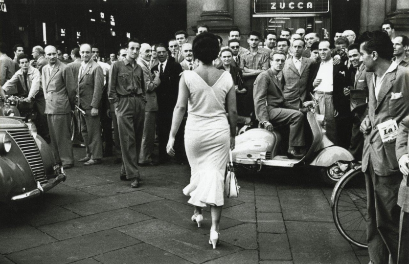 Mario de Biasi, Gli italiani si voltano, Milano (The italians turn around, Milan), 1954 Gelatin silver print. © Archivio Mario de Biasi, courtesy Howard Greenberg Gallery, New York
