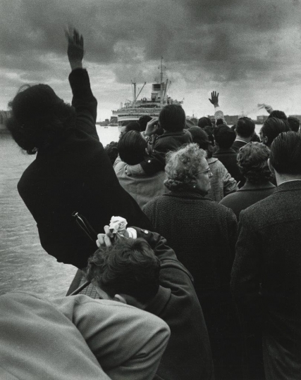 Stefgano Robino, Alla partenza della Cristoforo Colombo, Genova (At the Departure of the Christopher Columbus, Genoa), 1957 Gelatin silver print. © Archivio Stefano Robino, courtesy Howard Greenberg Gallery, New York