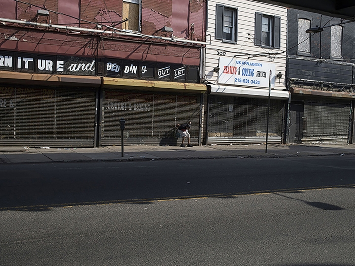 A man high on heroin outside an abandoned store. Kensington Avenue, Philadelphia, USA, May 26, 2018. Un homme sous l'emprise de l'héroïne devant un magasin désaffecté. Kensington Avenue, Philadelphie, États-Unis, 26 mai 2018. © Jérôme Sessini / Magnum Photos - Winner of the 2018 Pierre & Alexandra Boulat Award sponsored by LaScam