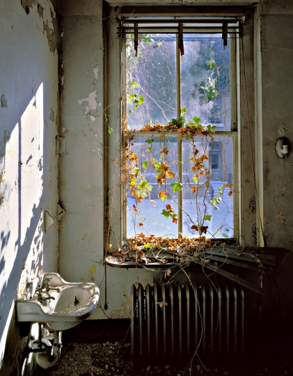 Tuberculosis Ward, Sink with snow scene through window, Island 3 © Stephen Wilkes – Courtesy Monroe Gallery of Photography