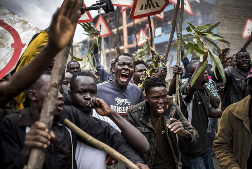 Supporters of opposition candidate Raila Odinga protesting the day after the election. Mathare slum, Nairobi, August 9, 2017. Manifestation des partisans de Raila Odinga, candidat de l'opposition, le lendemain de l'élection. Bidonville de Mathare, Nairobi, 9 août 2017. © Luis Tato / AFP Winner of the Ville de Perpignan Rémi Ochlik Award 2018