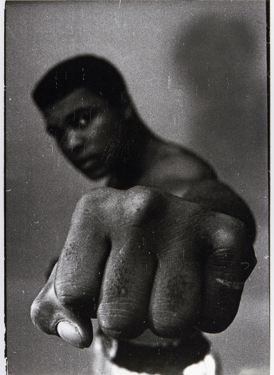 THOMAS HOEPKER (*1936) 'Muhammad Ali (dark fist scratched)', Chicago 1966 Starting price: 4.500 € / estimate: € 8.000–10.000