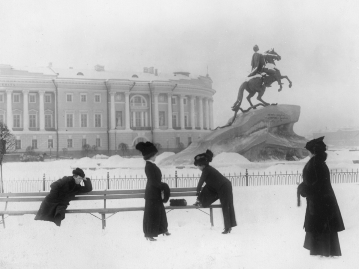 Saint Petersburg dandizettes near the Bronze Horseman monument to Peter the Great Saint Petersburg, 1908–1909 Karl Bulla Photography Studio Central State Film and Photo Archive of Saint Petersburg