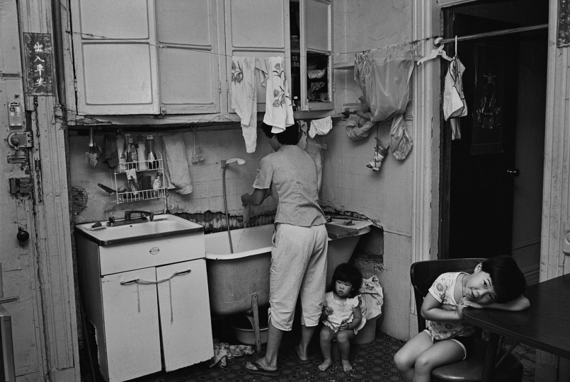 Rebecca with her children in their kitchen, NY, 1982 © Bud Glick