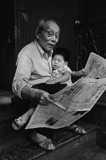 Kam Ho Lee with his grandson, Vincent Lee, 9 Eldridge St., NY, 1983 © Bud Glick