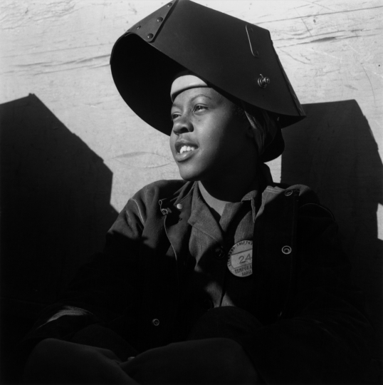 Shipyard Worker, Richmond California Vers 1943 Dorothea Lange © The Dorothea Lange Collection, the Oakland Museum of California, City of Oakland. Gift of Paul S. Taylor