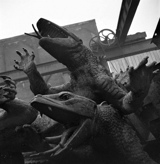 Guerre 1939-1945. Occupation. Destruction de statues pour récupérer les métaux. Alligators de la place de la Nation, par Georges Gardet. Paris, 1941. © Pierre Jahan/Roger-Viollet